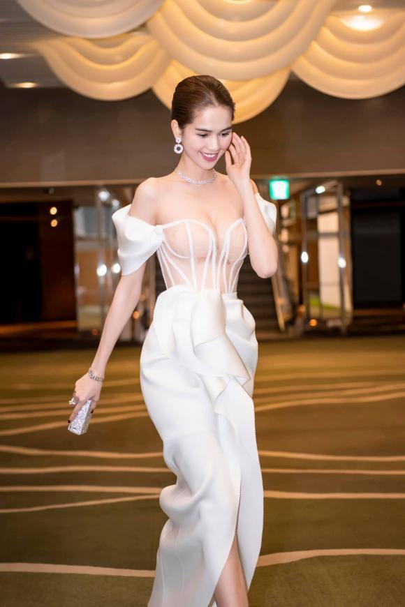 Ngọc Trinh diện đầm dễ gây hiểu nhầm, và sao lại giống bộ váy như
