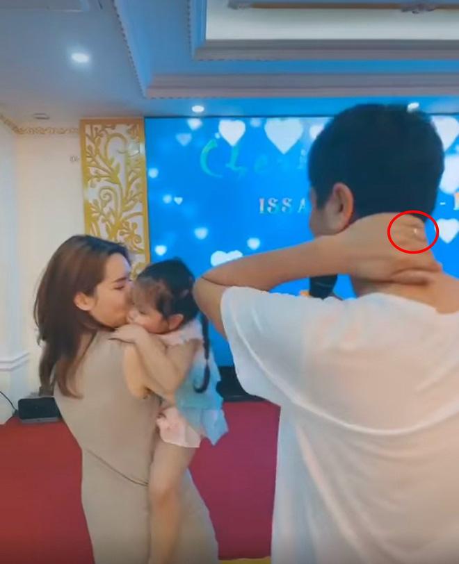 Hồ Hoài Anh tay vẫn đeo nhẫn cưới, xuất hiện cùng Lưu Hương Giang và con gái sau ồn ào ly hôn - Ảnh 1.