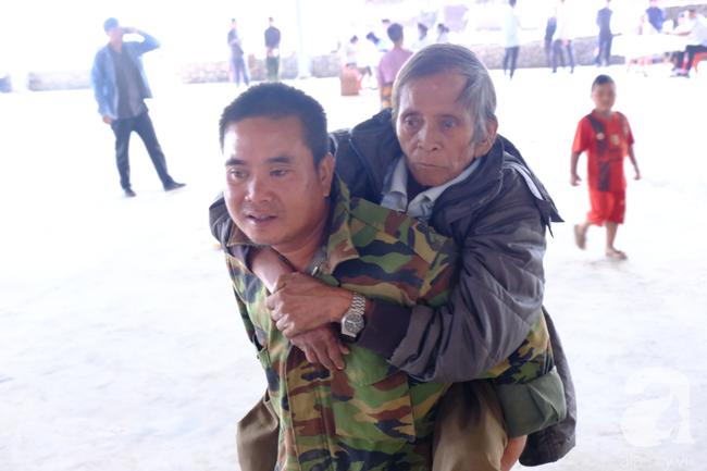 Hình ảnh xúc động: Con trai út cõng cha già 77 tuổi bị liệt vượt hàng chục cây số cầu xin giúp đỡ - Ảnh 4.