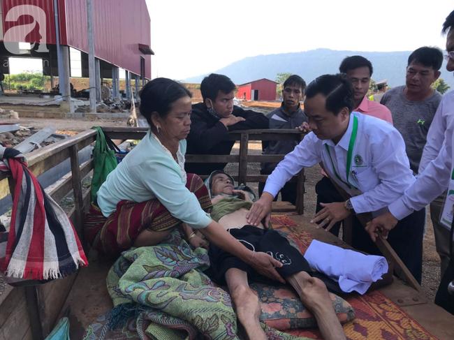Hình ảnh xúc động: Con trai út cõng cha già 77 tuổi bị liệt vượt hàng chục cây số cầu xin giúp đỡ - Ảnh 6.