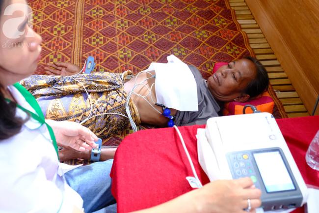 Hình ảnh xúc động: Con trai út cõng cha già 77 tuổi bị liệt vượt hàng chục cây số cầu xin giúp đỡ - Ảnh 12.