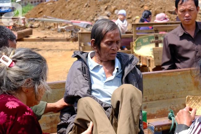 Hình ảnh xúc động: Con trai út cõng cha già 77 tuổi bị liệt vượt hàng chục cây số cầu xin giúp đỡ - Ảnh 14.