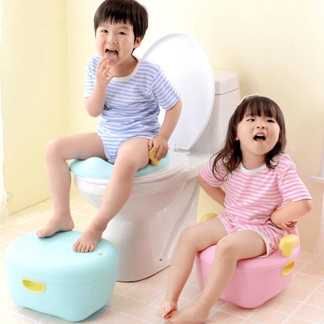 Cô giáo mầm non dạy trẻ kỹ năng chùi giấy sau khi đi vệ sinh, nhưng mọi người bật cười vì khoản