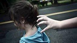 Từ ngày 5/11, hôn người dưới 16 tuổi có thể bị kết tội Dâm ô trẻ em