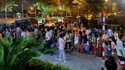 Chùm ảnh: Người dân Hà Nội rồng rắn xếp hàng giữa đêm, mang theo xô chậu đợi lấy nước sạch miễn phí