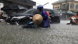 """TP Vinh bị nhấn chìm trong biển nước, người và xe cộ khốn khổ """"bơi"""" giữa lòng thành phố"""