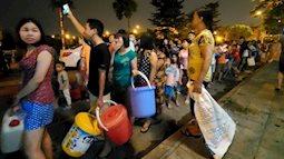 Người dân Hà Nội mang các loại xoong, chậu đi lấy nước và những câu chuyện tế nhị trong nhà vệ sinh