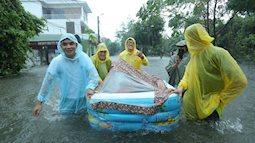 """Dân mạng choáng váng trước cảnh chú rể cùng nhà trai bất chấp mưa to, lũ lụt vẫn """"bơi"""" quãng đường 4km sang nhà gái đưa sính lễ"""