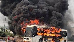 Bắc Giang: Xe khách bốc cháy dữ dội, tài xế hô hoán hành khách tháo chạy thoát thân