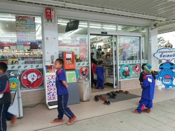 Nhóm học sinh người Thái được cư dân mạng khen hết lời vì hành vi lễ phép nơi công cộng. - Ảnh 3.