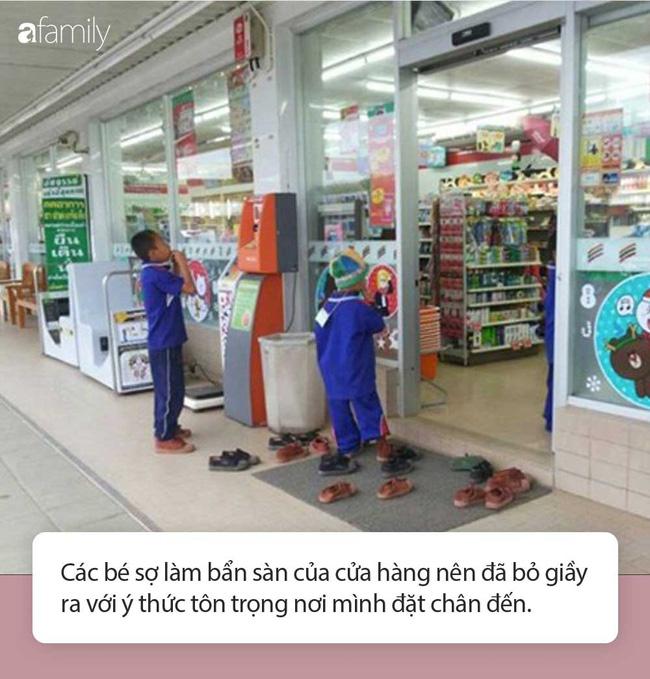 Nhóm học sinh bỏ dép khi vào cửa hàng dù không có quy định, lúc đầu ai cũng khó hiểu nhưng sau đó hết lời khen ngợi - Ảnh 2.