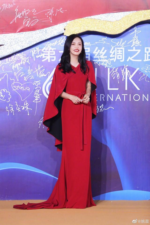 Giữa tin đồn rạn nứt hôn nhân với Angelababy, Huỳnh Hiểu Minh sánh đôi bên
