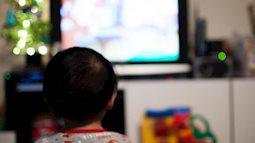 Bí quyết trị thói trẻ ăn chậm cả tiếng mới xong bữa, vừa ăn vừa xem ti vi