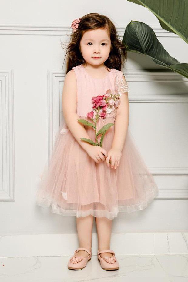 Công chúa nhà Elly Trần tiếp tục gây sốt với vẻ ngoài sành điệu, tạo dáng như mẫu nhí dưới góc máy của mẹ - Ảnh 3.