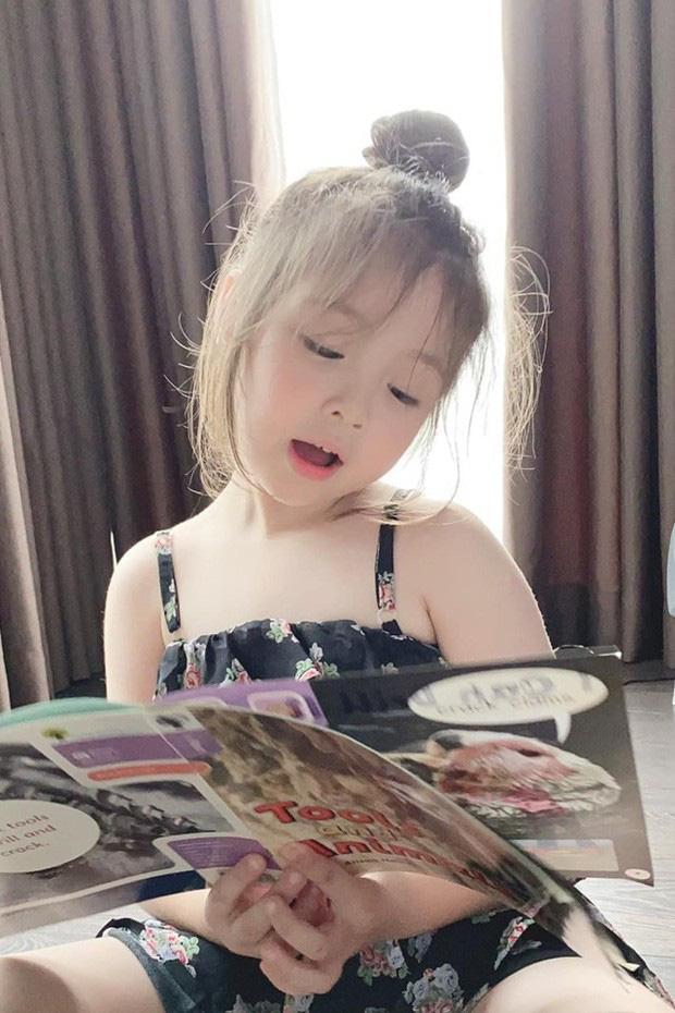 Công chúa nhà Elly Trần tiếp tục gây sốt với vẻ ngoài sành điệu, tạo dáng như mẫu nhí dưới góc máy của mẹ - Ảnh 2.