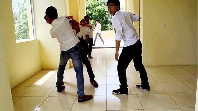 Con trai định mang dao đánh nhau với bạn học, bố không can mà hùa theo, nhưng cách hùa của ông khiến con sợ tái mặt, dân mạng khen hết lời - Ảnh 2.
