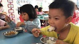 Con ở nhà vô cùng biếng ăn, đi học ăn hết 2 bát mỗi bữa, mẹ nhìn ảnh không nói nên lời