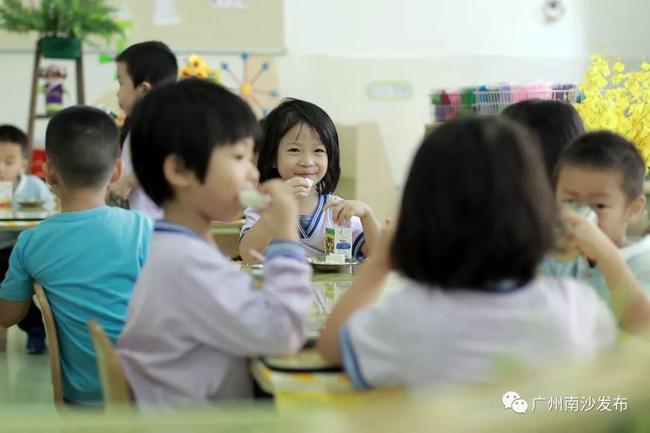 Con ở nhà vô cùng biếng ăn, đi học ăn hết 2 bát mỗi bữa, mẹ nhìn ảnh sốc không nói nên lời - Ảnh 4.