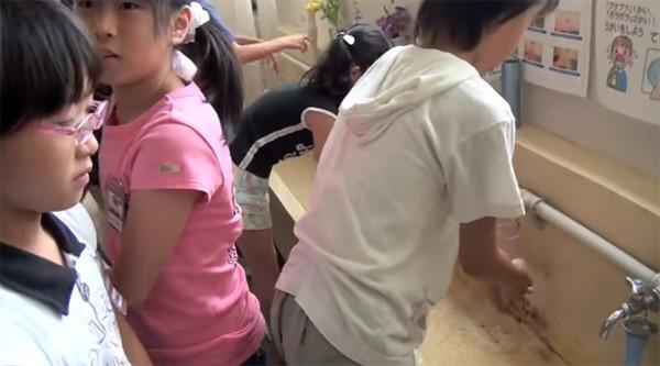 Tận mắt chứng kiến giờ ăn trưa của trẻ em Nhật để thấy các bé đã học được gì từ 45 phút ăn trưa mỗi ngày - Ảnh 4.