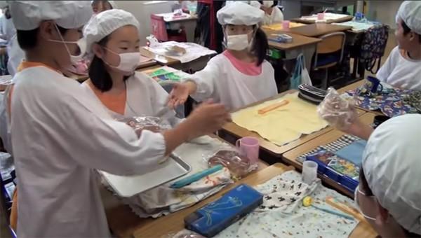 Tận mắt chứng kiến giờ ăn trưa của trẻ em Nhật để thấy các bé đã học được gì từ 45 phút ăn trưa mỗi ngày - Ảnh 15.