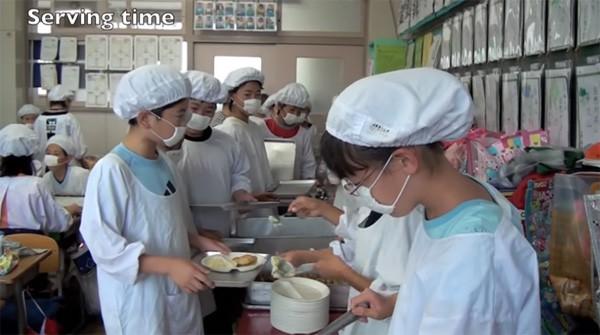 Tận mắt chứng kiến giờ ăn trưa của trẻ em Nhật để thấy các bé đã học được gì từ 45 phút ăn trưa mỗi ngày - Ảnh 10.
