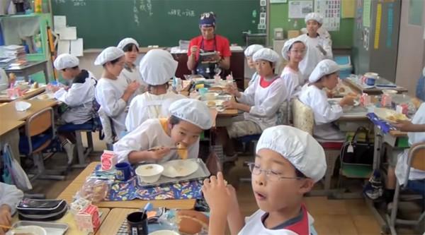 Tận mắt chứng kiến giờ ăn trưa của trẻ em Nhật để thấy các bé đã học được gì từ 45 phút ăn trưa mỗi ngày - Ảnh 14.