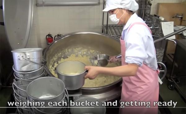 Tận mắt chứng kiến giờ ăn trưa của trẻ em Nhật để thấy các bé đã học được gì từ 45 phút ăn trưa mỗi ngày - Ảnh 3.