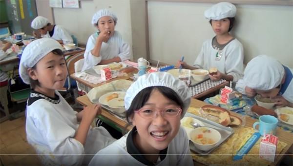 Tận mắt chứng kiến giờ ăn trưa của trẻ em Nhật để thấy các bé đã học được gì từ 45 phút ăn trưa mỗi ngày - Ảnh 11.