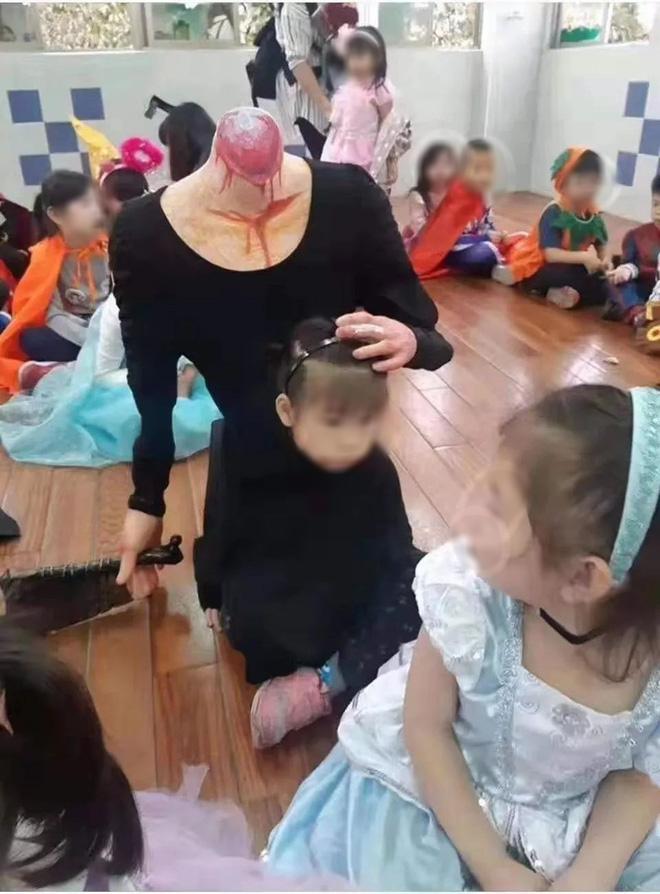 Cosplay người mất đầu cầm dao đến lớp dịp Halloween, bé gái khiến nhiều người hết hồn vì chơi quá lớn - Ảnh 1.