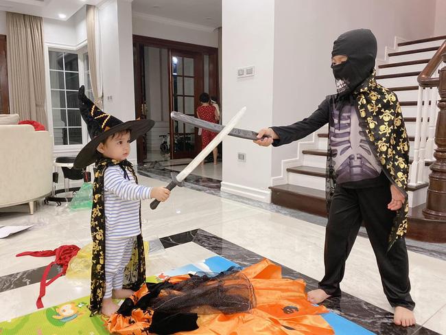 Halloween nhà các hot mom: Trang Đinh cosplay nhóc Dứa thành chú Minion siêu cute, Sữa