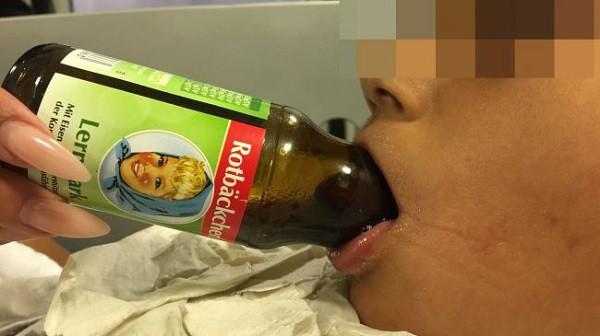 Cố gắng uống những giọt nước trái cây cuối cùng, lưỡi cậu bé 7 tuổi mắc kẹt trong cổ chai - Ảnh 1.
