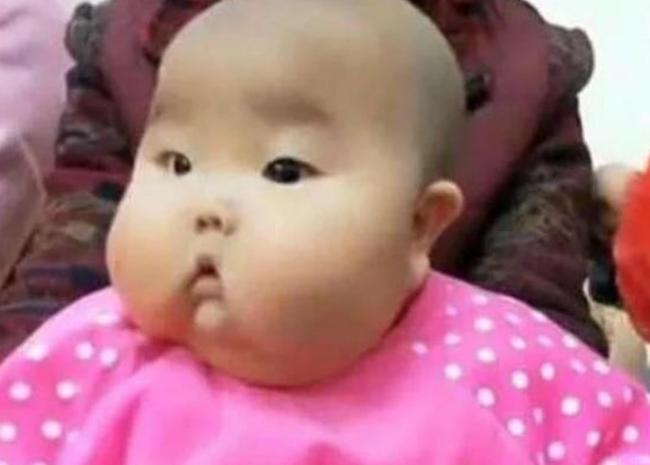 Con trai 1 tuổi gửi đến nhà bà nội chăm sóc, sau nửa năm ngoại hình của bé thay đổi bất ngờ - Ảnh 1.