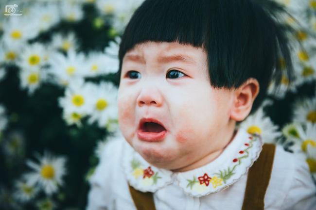 Cô bé khiến dân mạng cười như được mùa với biểu cảm: Đã thèm uống sữa rồi mà mẹ bắt đi chụp ảnh với cúc họa mi - Ảnh 2.