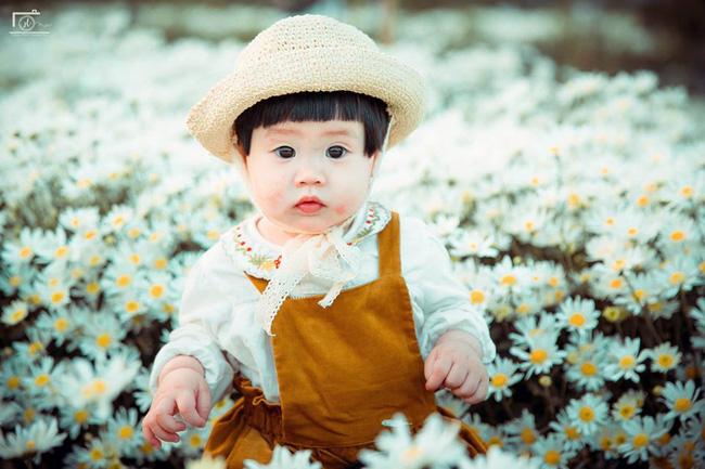 Cô bé khiến dân mạng cười như được mùa với biểu cảm: Đã thèm uống sữa rồi mà mẹ bắt đi chụp ảnh với cúc họa mi - Ảnh 10.