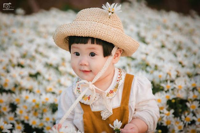 Cô bé khiến dân mạng cười như được mùa với biểu cảm: Đã thèm uống sữa rồi mà mẹ bắt đi chụp ảnh với cúc họa mi - Ảnh 13.