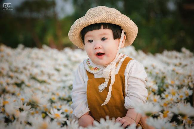 Cô bé khiến dân mạng cười như được mùa với biểu cảm: Đã thèm uống sữa rồi mà mẹ bắt đi chụp ảnh với cúc họa mi - Ảnh 12.