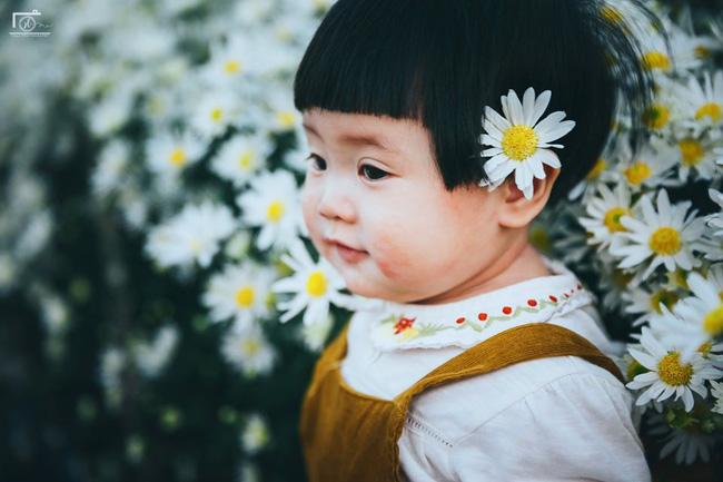 Cô bé khiến dân mạng cười như được mùa với biểu cảm: Đã thèm uống sữa rồi mà mẹ bắt đi chụp ảnh với cúc họa mi - Ảnh 6.