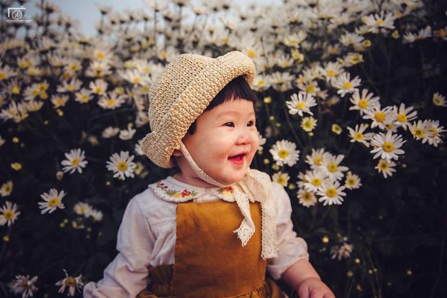 Cô bé khiến dân mạng cười như được mùa với biểu cảm: Đã thèm uống sữa rồi mà mẹ bắt đi chụp ảnh với cúc họa mi - Ảnh 14.