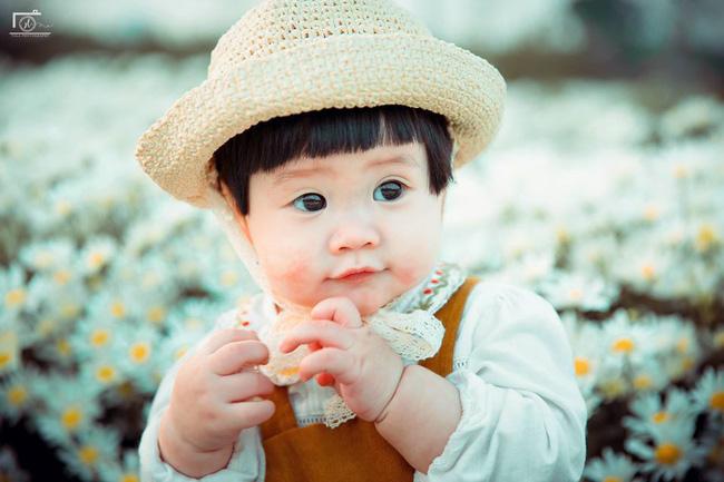 Cô bé khiến dân mạng cười như được mùa với biểu cảm: Đã thèm uống sữa rồi mà mẹ bắt đi chụp ảnh với cúc họa mi - Ảnh 7.