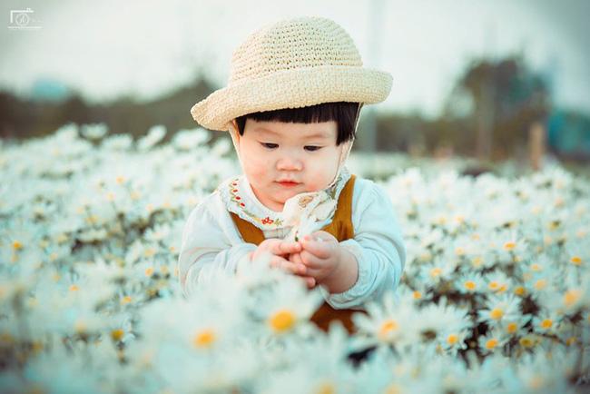 Cô bé khiến dân mạng cười như được mùa với biểu cảm: Đã thèm uống sữa rồi mà mẹ bắt đi chụp ảnh với cúc họa mi - Ảnh 11.