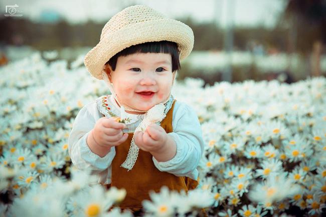 Cô bé khiến dân mạng cười như được mùa với biểu cảm: Đã thèm uống sữa rồi mà mẹ bắt đi chụp ảnh với cúc họa mi - Ảnh 9.