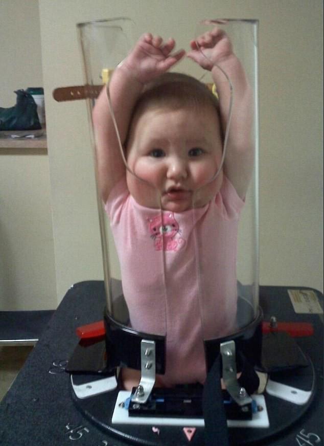 Bị nhốt trong một ống thủy tinh với hai tay giơ lên đầu nhưng biểu cảm của các bé mới khiến người xem không nhịn được cười - Ảnh 3.