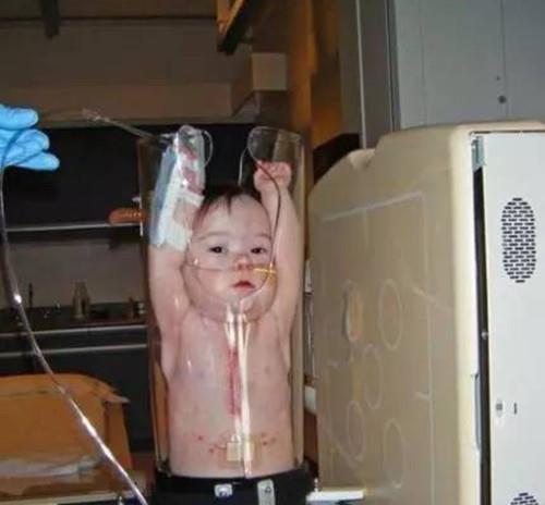 Bị nhốt trong một ống thủy tinh với hai tay giơ lên đầu nhưng biểu cảm của các bé mới khiến người xem không nhịn được cười - Ảnh 6.