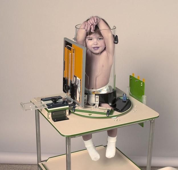 Bị nhốt trong một ống thủy tinh với hai tay giơ lên đầu nhưng biểu cảm của các bé mới khiến người xem không nhịn được cười - Ảnh 5.
