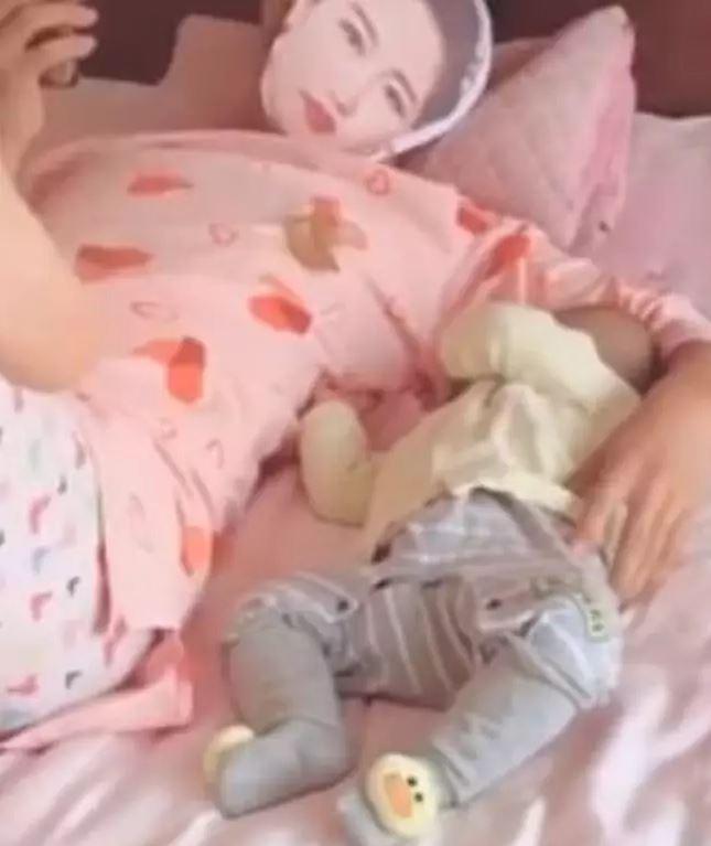 Ông bố lắm chiêu: Lấy quần áo của bà xã mặc và đeo mặt nạ hình vợ để… ru con ngủ - Ảnh 1.