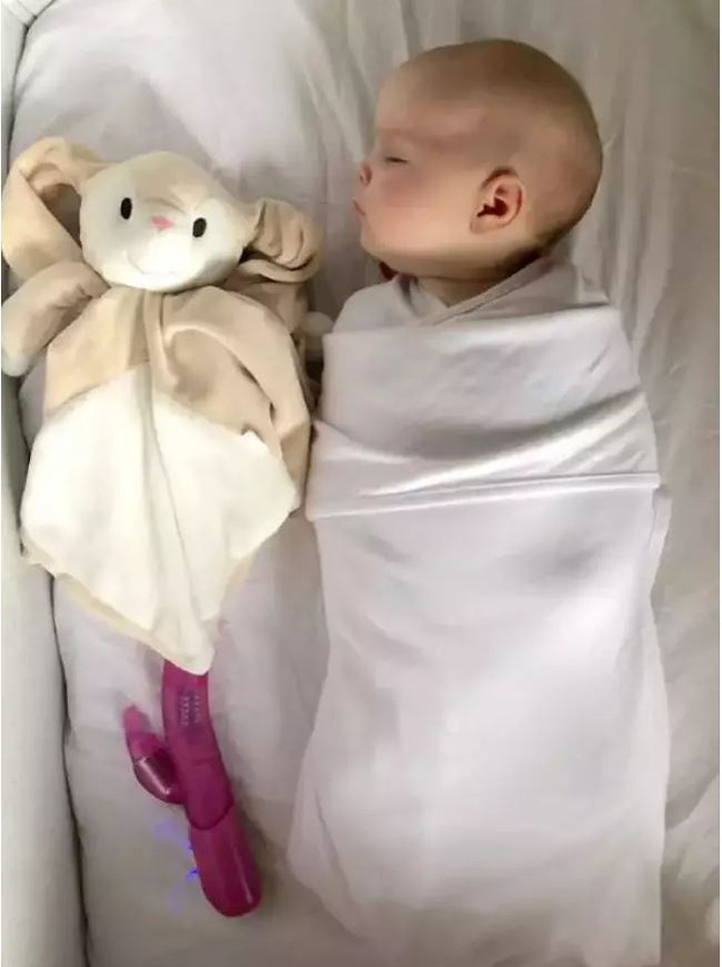 Ông bố lắm chiêu: Lấy quần áo của bà xã mặc và đeo mặt nạ hình vợ để… ru con ngủ - Ảnh 5.
