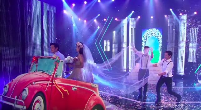 Góc ngỡ ngàng: Chiếc xe ô tô rước nàng dâu Đông Nhi đã được Ông Cao Thắng mang lên sân khấu từ... 5 năm trước? - Ảnh 3.