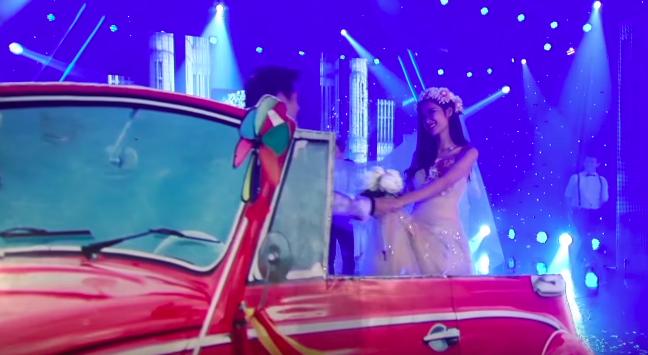 Góc ngỡ ngàng: Chiếc xe ô tô rước nàng dâu Đông Nhi đã được Ông Cao Thắng mang lên sân khấu từ... 5 năm trước? - Ảnh 2.