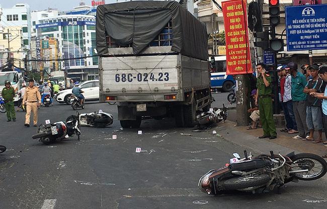 An Giang: Tài xế xe tải lùa 6 xe máy đang dừng đèn đỏ khiến nhiều người lớn, trẻ em nhập viện cấp cứu - Ảnh 1.