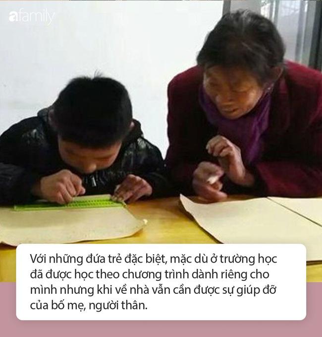Bà ngoại hàng ngày đứng ở cửa lớp của cháu không phải để trông chừng mà hóa ra là làm việc này. - Ảnh 3.